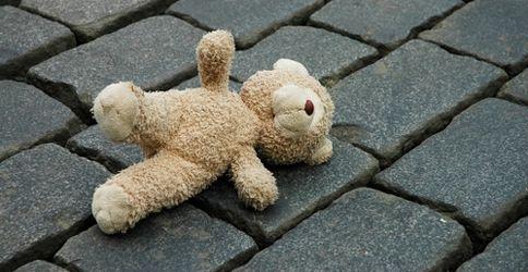 Ein verlorener Teddy liegt auf der Straße...